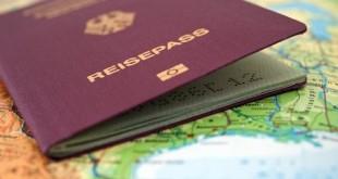 ILLUSTRATION - Ein Reisepass der BRD liegt am 21.05.2012 in Berlin auf einem Atlas, auf dem eine Landkarte der USA zu sehen ist.