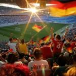 Tausende Leipziger schauen die Live-Übertragung des WM-Halbfinales Deutschland gegen Italien im Zentralstadion Leipzig am Dienstag (04.07.2006). Bereits gut eine Stunde vor dem Anpfiff der Partie in Dortmund wurde das Fanfest auf dem Augustusplatz zwischen Oper und Gewandhaus wegen Überfüllung dicht gemacht, wie die Polizei mitteilte. Auf dem Areal haben bis zu 20 000 Menschen Platz. Wie schon zur Viertelfinal- Begegnung Deutschland gegen Argentinien war das Leipziger WM-Stadion zum kostenlosen Public Viewing geöffnet. Die WM-Arena hatte wie schon zur Viertelfinal-Partie Deutschland-Argentinien zum kostenlosen Public Viewing eingeladen, um die Innenstadt und das Fanfest zu entlasten. Foto: Jan Woitas dpa/lsn +++(c) dpa - Report+++